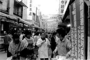 「長崎屋進出絶対反対」のポスター 掲示風景(十条銀座2区付近)