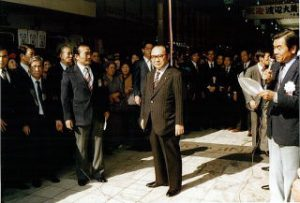 十条駅前、アーケード入口に到着した 渡辺大蔵大臣