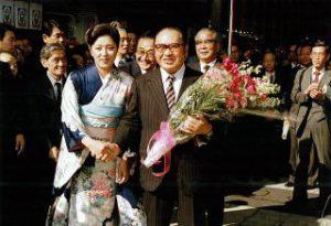 花束贈呈のあと、美女と記念撮影 いい笑顔ですね。後ろの方も。