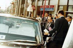忙しいスケジュールをこなして、ようやく渡辺大臣は車上の人に。 お疲れさまでした。