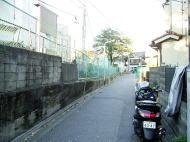 先を進むと、岩槻街道の通りが 見えてまいります。岩槻街道には、 かつて稲付川に「文明橋」という 橋が架かっていたそうです。