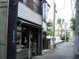 ◆路地裏の豆腐店 村境の細い路地に、 ぽつんと一軒お豆腐 屋さんが健在。